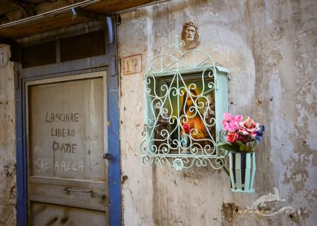 Christ, Cristo, Palermo, Sicilia, Sicily, calle, flor, flower, hornacina, jarron, niche, vase