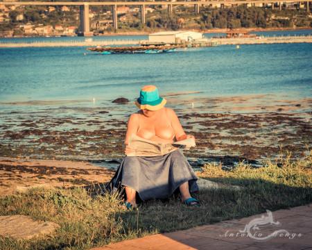 Galicia, agua, fbridge, hat, mujer, nespaper, periódico, puente, ría, sombrero, water, woman