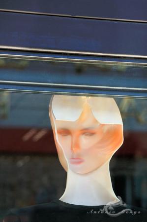 Madrid, maniquí, mankin, mannequin, reverse, reverso, window, ventana