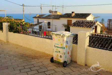 Alacant, Alicante, Altea, architecture, arquitectura, casa, cubo de la basura, dustbin, garbage can, graffiti, grafiti, house, mar, mediterranean, mediterraneo, popular, pueblo, sea, village