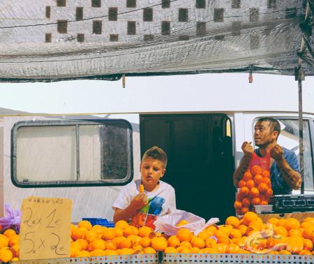 Alacant, Alicante, Calpe, España, Spain, calle, child, fruit, fruta, hombre, man, market, mercado, naranja, niño, orange, street