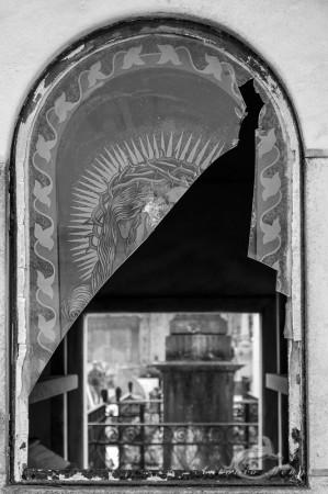 Lapa, Porto, Portugal, broken, cementerio, cemetery, roto, showcase, tomb, tumba, ventana, vidriera, window